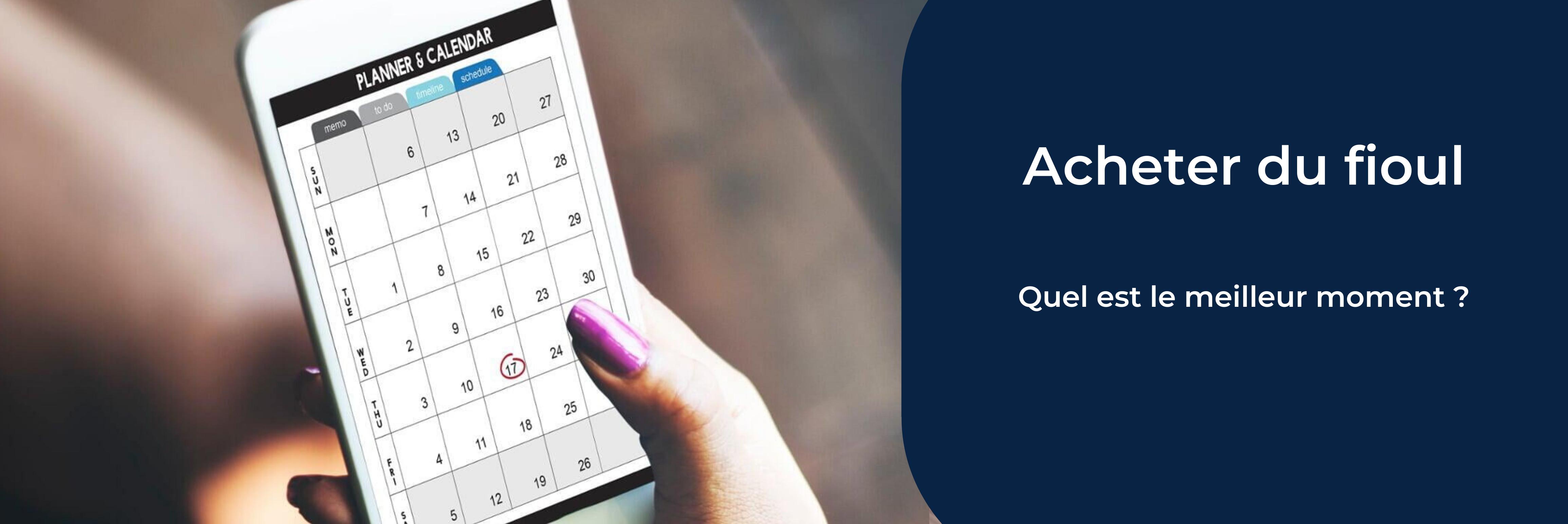 une main de femme tient un téléhone portable sur lequel on voit un calendrier